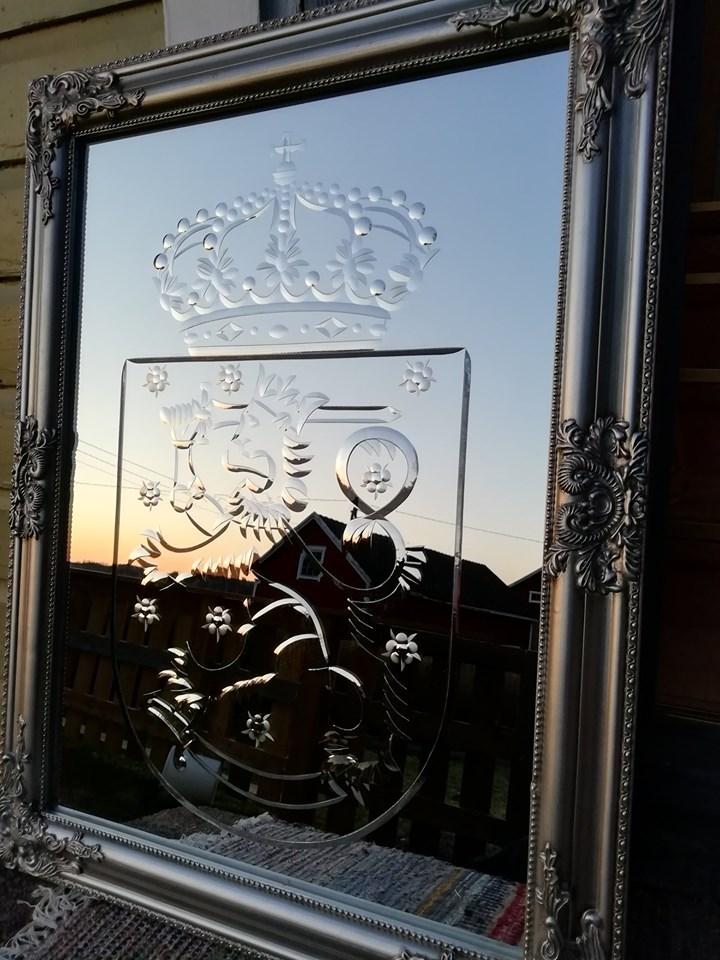 Käsin hiottu Suomen valtakunnan vaakuna peili