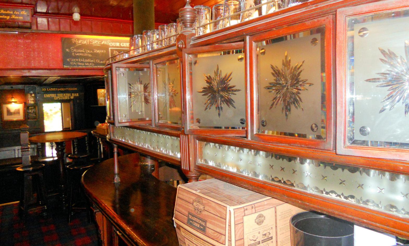 Hiottua lasia englantilaisessa pubissa